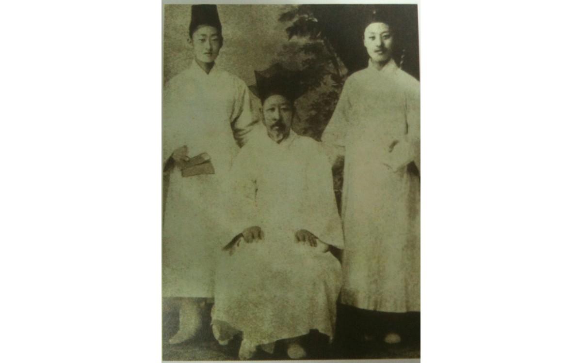 아버지 이경선(가운데)과 아들 이승만(오른쪽). 배재학당 입학전 18세 모습(1893년)<br />그는 황해도 평산군 능내동에서 부친 이경선, 모친 김해김씨 사이에 6대 독자로 출생했으며, 양녕대군이 그의 16대 조상이다