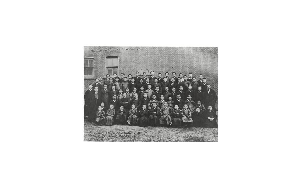 YMCA 성경반 학생들과 함께 (맨 오른쪽에 서 있는 이가 이승만 박사, 1912년)<br />