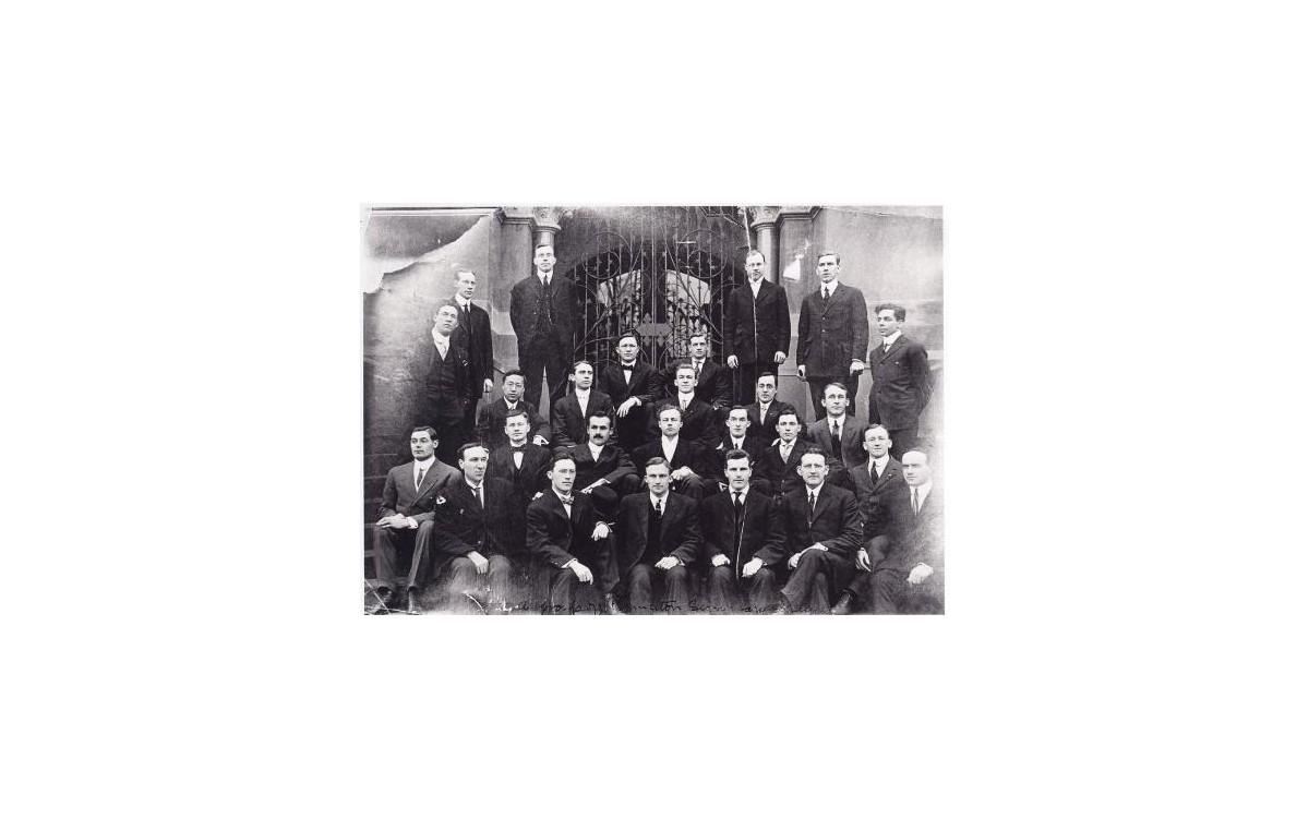 프린스턴 대학교 신학부 학생들과 함께 (1909년)<br />이승만은 정치학과에서 박사과정을 밟고 있었으나, 장학금 지급 관계로 신학부 기숙사에서 머물렀다.