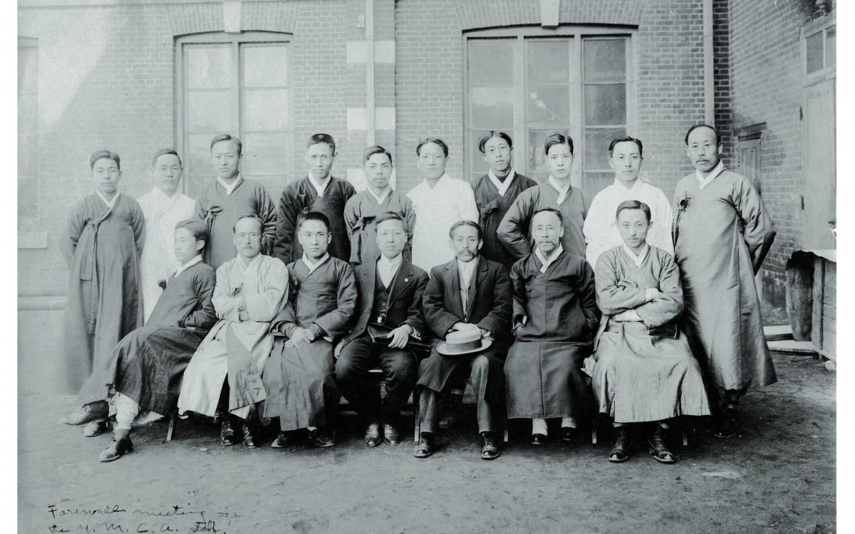 일제의 탄압을 피해 이승만이 서울을 떠나기에 앞서 서울YMCA 간부들과 함께 찍은 송별모임 사진(1912년)<br />이승만은 33년 후인 1945년에야 다시 귀국하게 된다.
