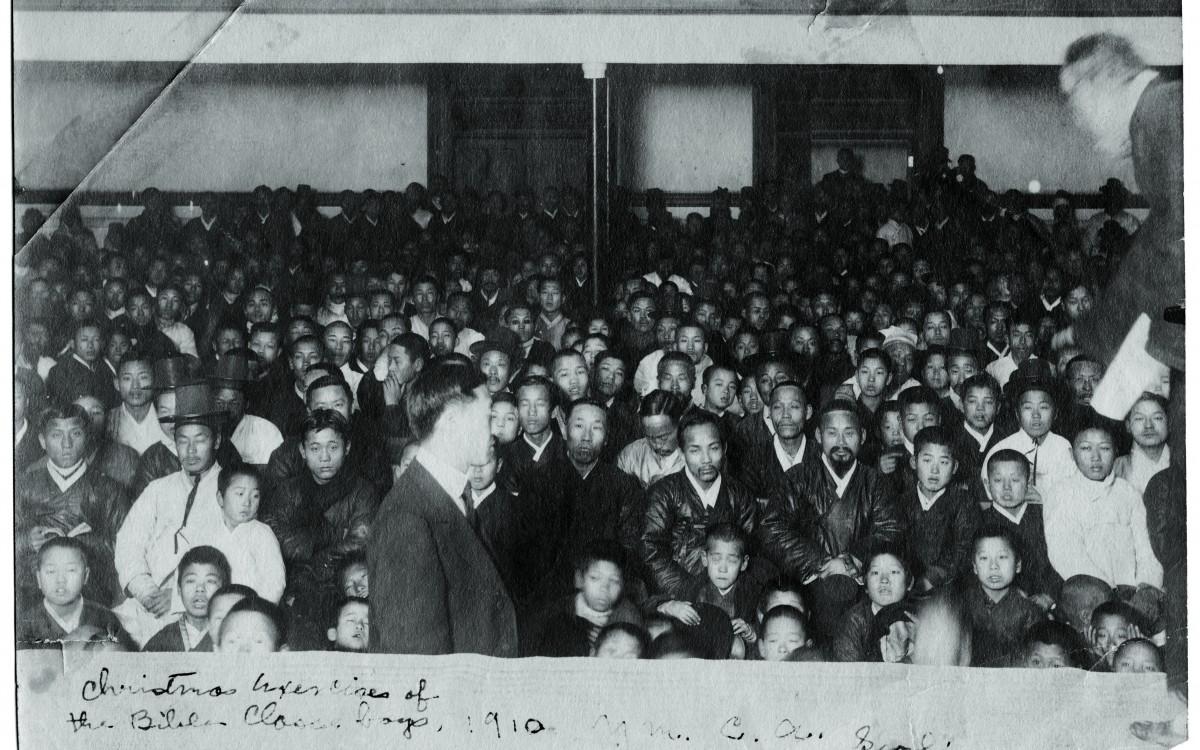 이승만 박사(맨 앞, 당시 36세)가 크리스마스를 앞두고 YMCA 성경학교에서 행사를 준비하고 있다.<br />프린스턴대 출신의 이승만은 미국에서 누릴 수 있는 모든 특권을 버려두고 1910년부터 두 해 동안 YMCA에서 학생들을 가르쳤다.